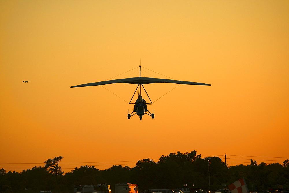 Terri Sipantzi on final in the Airborne XT912 with a Streak II wing at the Sun-n-Fun Airshow in Lakeland, FL