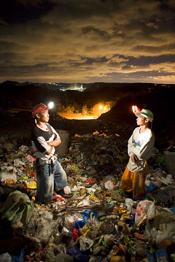 Scavengers at Tanza #1 Landfill site; Tanza, Antipolo, metro-Manila, Philippines.