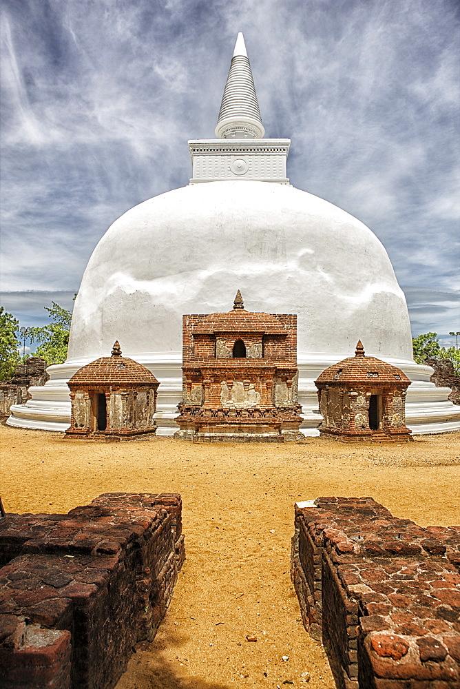 Sri Lanka, ancient city of Polonnaruwa, view of 12th century Kiri Vehera stupa
