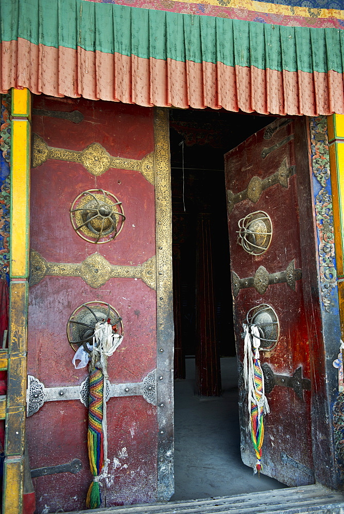 Open door at the sera monastery, Lhana xizang china