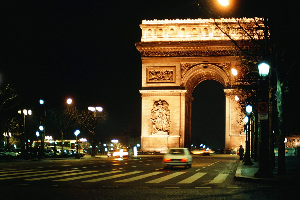 View of the Arc. De Tri. at night