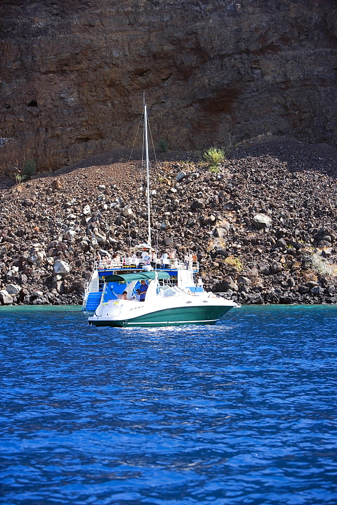 Tourboat in the sea, Captain Cook's Monument, Kealakekua Bay, Kona Coast, Big Island, Hawaii islands, USA