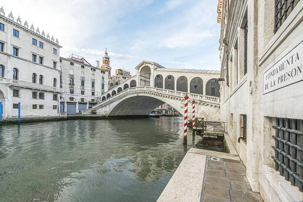 View of the Rialto Bridge over the Grand Canal, Venice, Italy. - 1174-10000