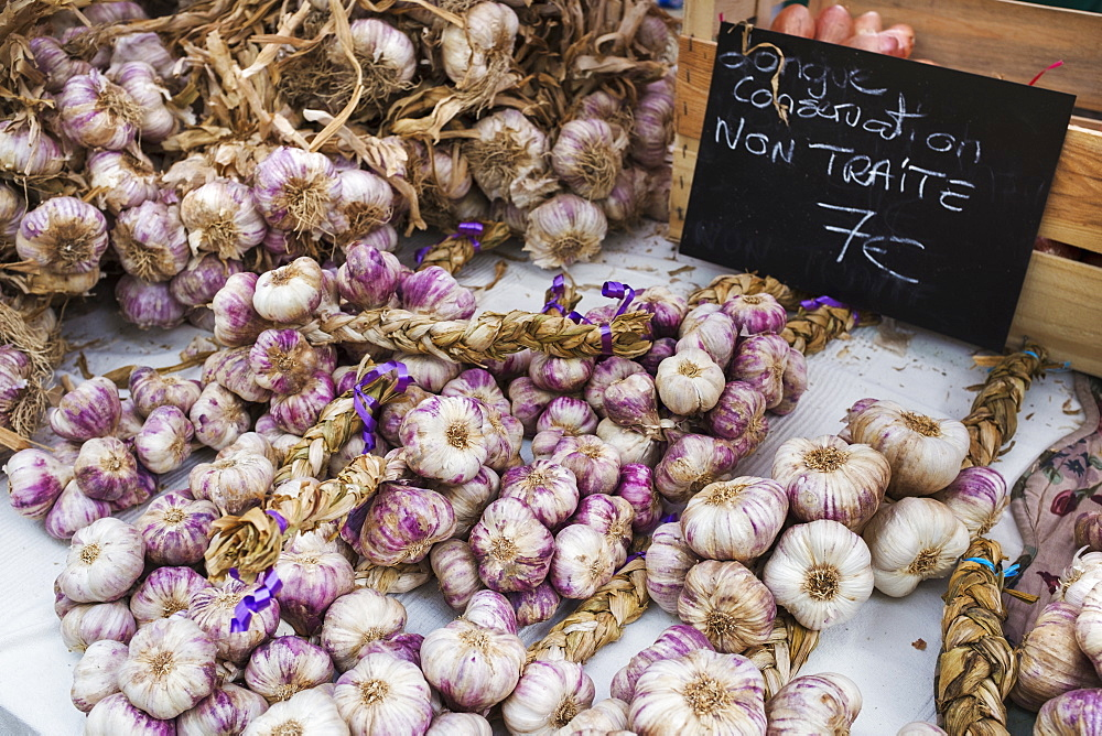 A market stall, fresh produce for sale. Fresh garlic bulbs, France