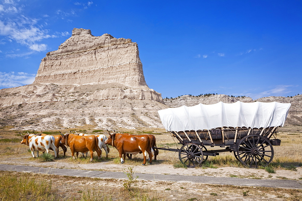Oxen pulling covered wagon by rock formation, Scott's Bluff National Monument, Nebraska, United States, Nebraska, Nebraska, USA