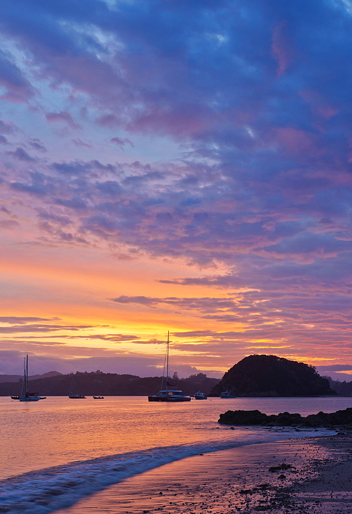 Boats sailing in bay at sunrise, Bay of Islands, Paihia, New Zealand, Bay of Islands, Paihia, New Zealand