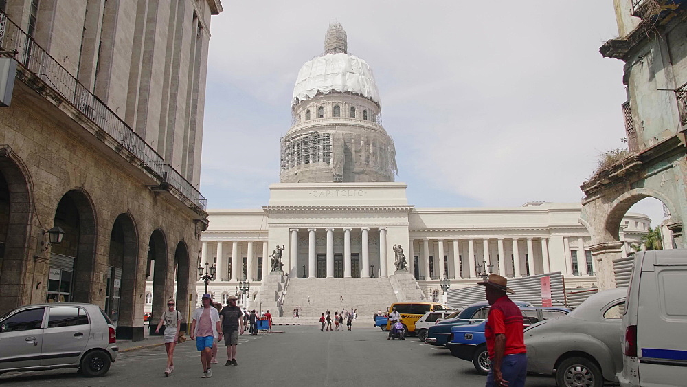Busy cuban traffic and El Capitolio in La Habana (Havana), Cuba, West Indies, Caribbean, Central America