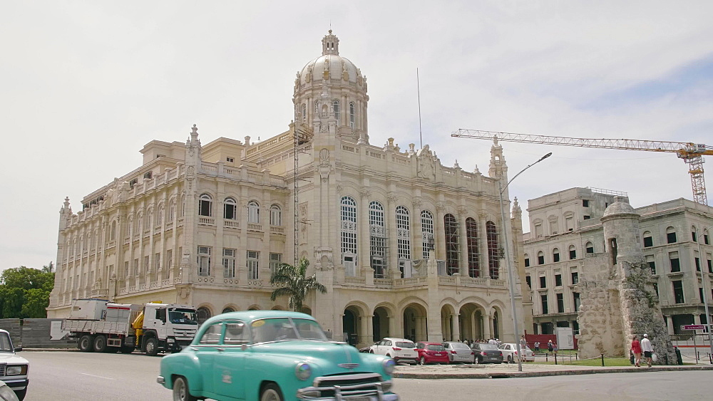 Old classic cars and The former Presidential Palace, The Museum of the Revolution in Old Havana, Cuba, West Indies, Caribbean, Central America
