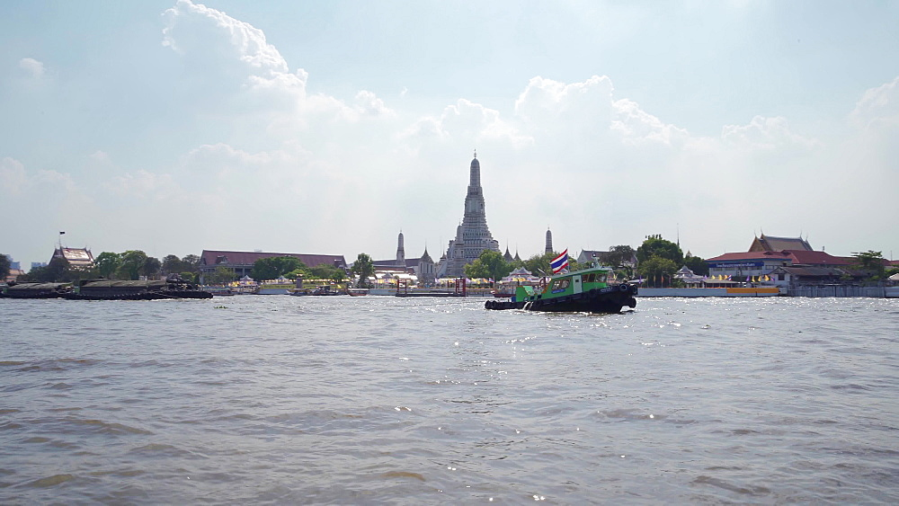 Wat Arun Ratchavararam (The Temple of Dawn) from ferry crossing Chao Phraya River, Bangkok, Thailand, Southeast Asia, Asia