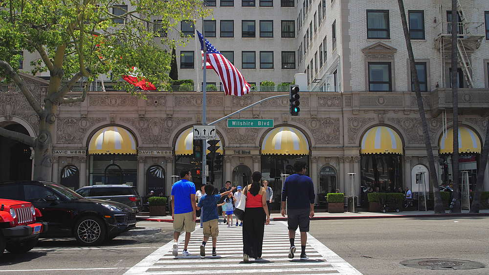 People crossing Whilshie Blvd, Rodeo Drive, Beverly Hills, Los Angeles, LA, California, United States of America, North America - 1276-873