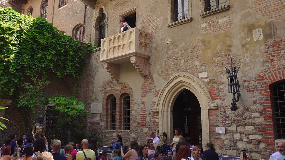 Crowd inside Juliets house courtyard touching her statue under the famous balcony, Casa di Giulieta, Verona, Veneto, Italy, Europe - 1278-148