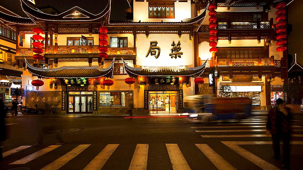 T/L Yuyuan Bazaar district at night, Shanghai, China