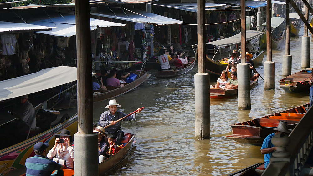 Traders and buys on boats at Damnoen Saduak Floating Markets, Bangkok, Thailand, South Asia, Asia