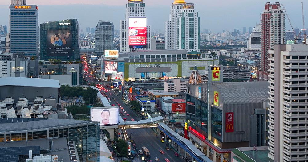 Traffic on Ratchadamri Road at dusk, Bangkok, Thailand, South East Asia, Asia