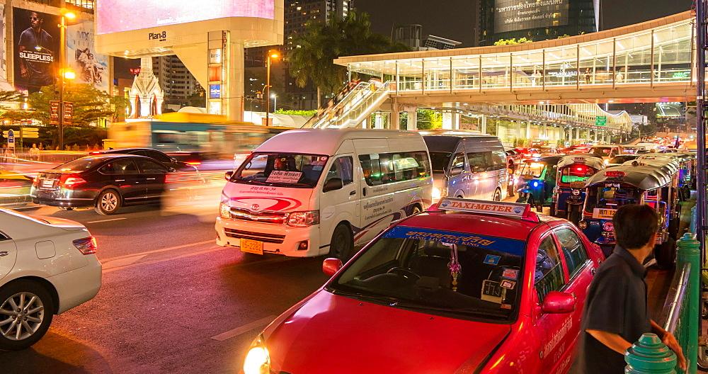 Traffic and tuk tuks on Ratchadamri Road at night, Bangkok, Thailand, South East Asia, Asia