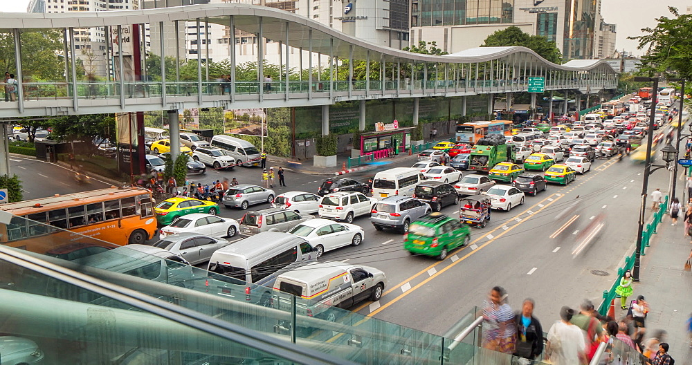 Traffic and pedestrians on Ratchadamri Road and Skywalk, Bangkok, Thailand, South East Asia, Asia