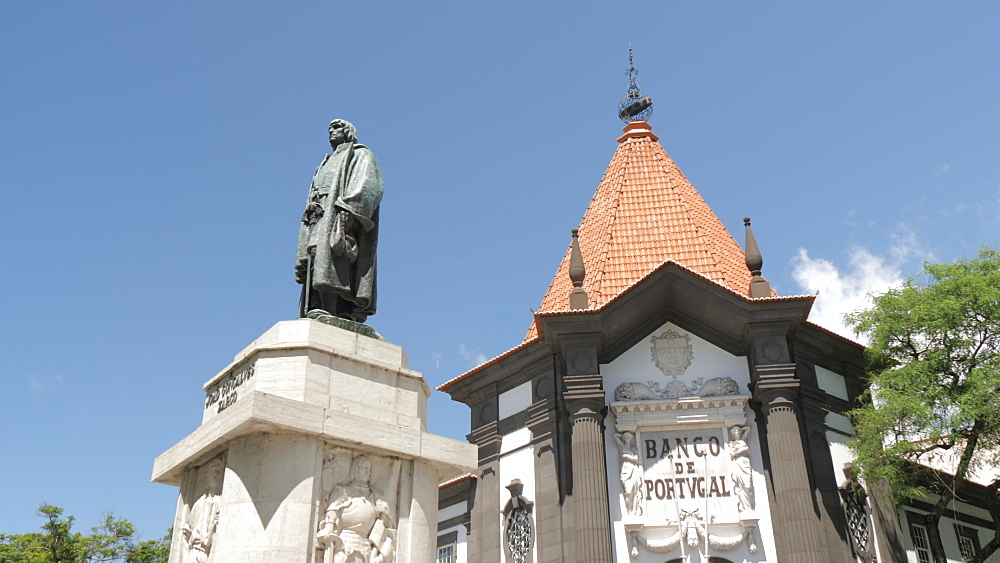 View of Banco de Portugal and statue of Joao Goncalves Zarco, Funchal, Madeira, Portugal, Atlantic, Europe