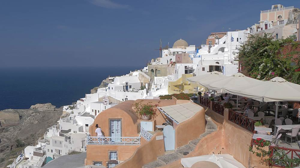 Roaming shot along path through village of Oia, Santorini, Cyclades, Greek Islands, Greece, Europe