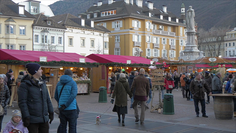 View of Christmas Market stalls in Piazza Walther Von der Vogelweide, Bolzano, Province of Bolzano, South Tyrol, Italy, Europe
