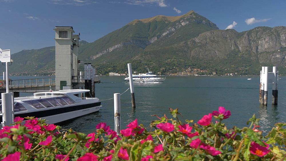 Ferry leaving Bellagio, Lake Como, Lombardy, Italian Lakes, Italy, Europe