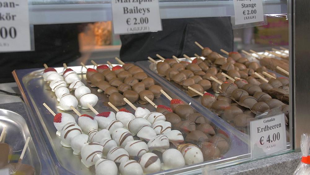 Fruit and chocolate skewers on Christmas market stall, Christmas Market, Rathausplatz, Vienna, Austria, Europe