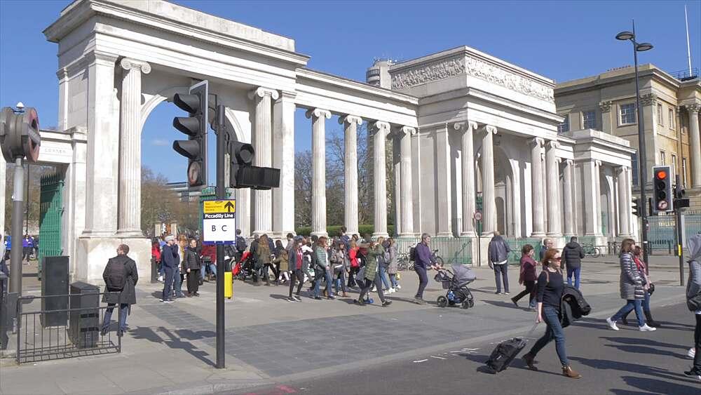 Traffic lights and entrance at Hyde Park Corner in springtime, London, England, United Kingdom, Europe