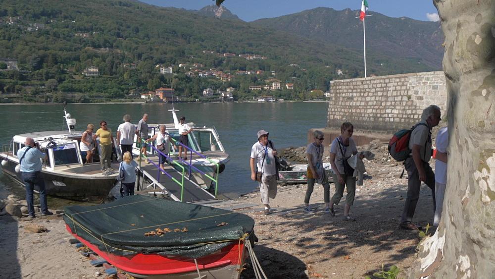 Boat passengers arriving on Isola dei Pescatori, Lake Maggiore, Piedmont, Italian Lakes, Italy, Europe