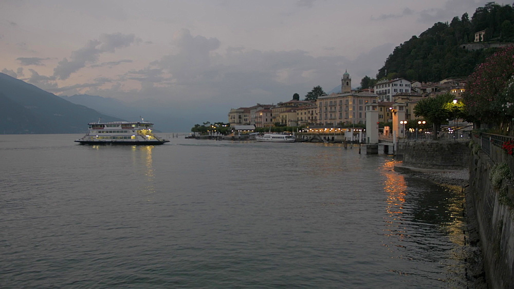 Ferryboat leaving Bellagio at dusk, Bellagio, Lake Como, Lombardy, Italian Lakes, Italy, Europe