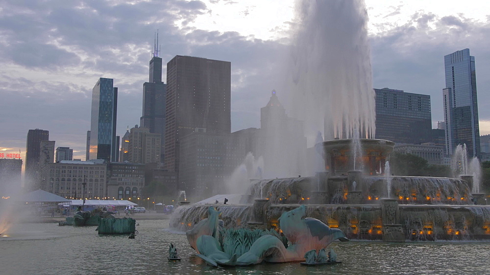 Pan shot of Buckingham Fountain and city skyline at dusk, Grant Park, Chicago, United States of America, North America