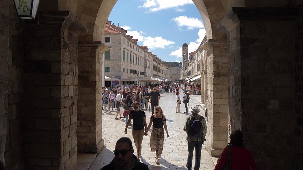 Shot through archway to reveal Stradun, Dubrovnik Old Town, UNESCO World Heritage Site, Dubrovnik, Dubrovnik Riviera, Croatia, Europe