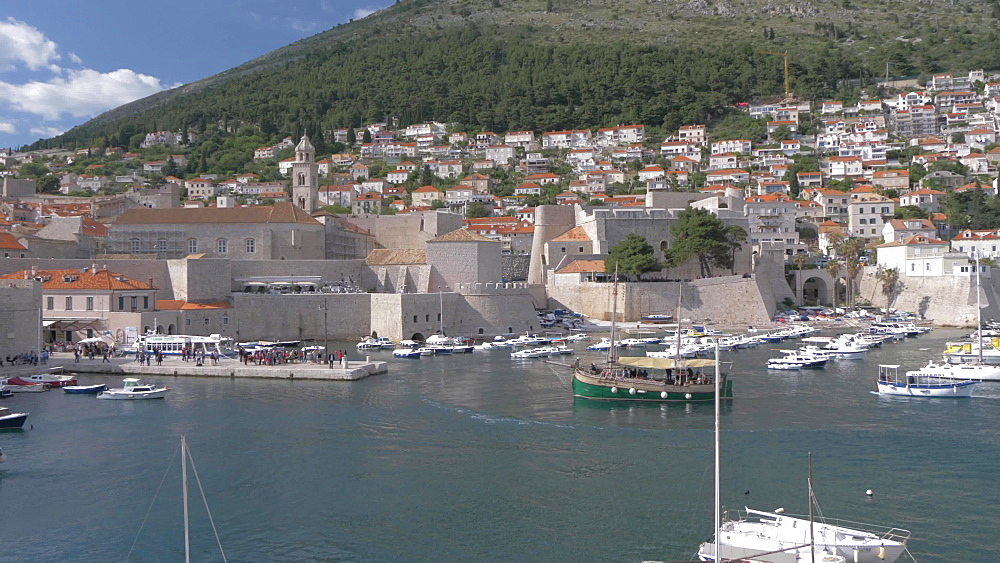 City wall and old town harbour, Dubrovnik Old Town, UNESCO World Heritage Site, Dubrovnik, Dubrovnik Riviera, Croatia, Europe