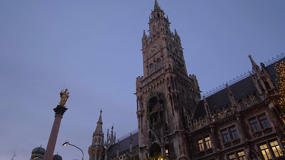 Tilt shot of Christmas Market and New Town Hall in Marienplatz at dusk, Munich, Bavaria, Germany, Europe