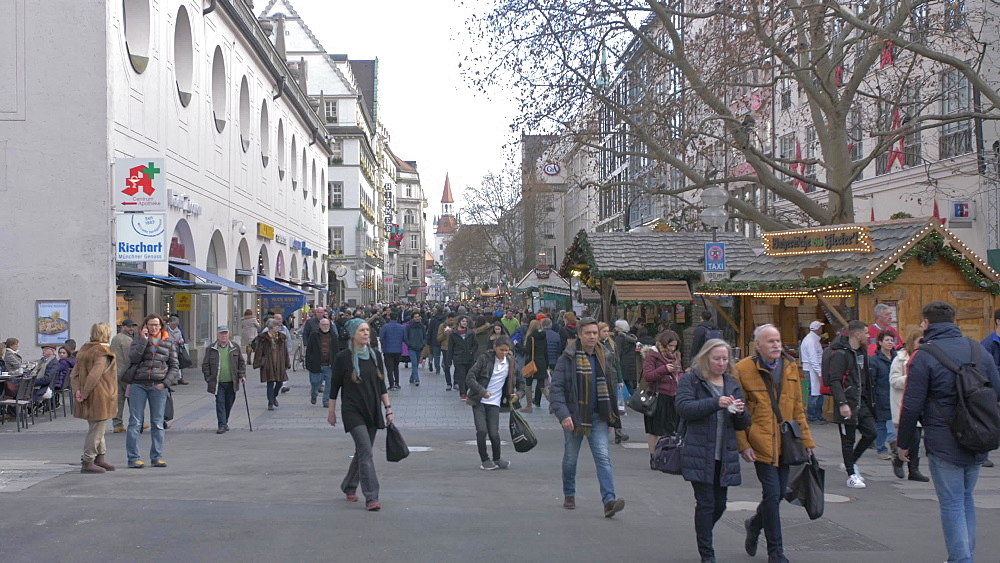 Christmas Market and buildings on Kaufingerstrasse, Munich, Bavaria, Germany, Europe