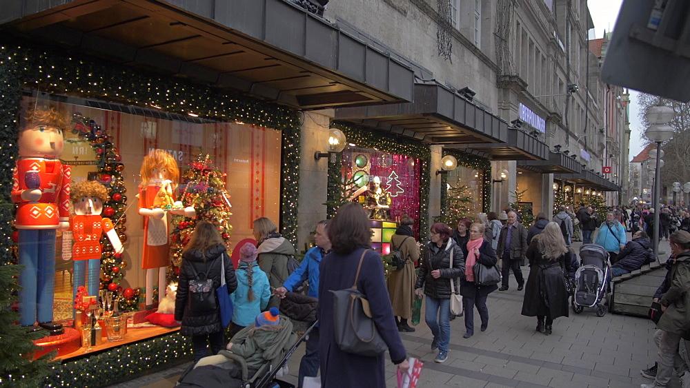 Christmas shops and busy shopping scene, Kaufingerstrasse, Munich, Bavaria, Germany, Europe