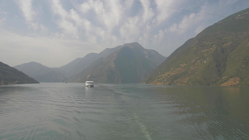 Tracking shot of the Yangtze River onboard a cruise boat, Three Gorges, Yangtze River, People's Republic of China, Asia