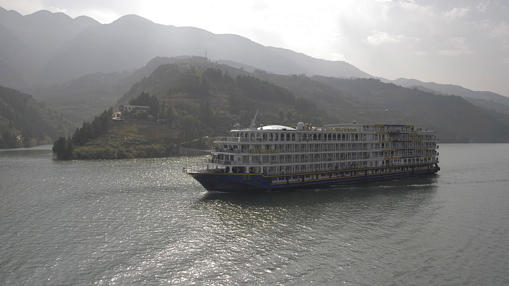 Tracking shot of a cruise boat on Yangtze River from onboard a cruise boat, Three Gorges, Yangtze River, People's Republic of China, Asia