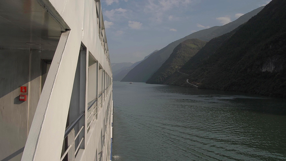 Slider shot of the Yangtze River onboard a cruise boat, Three Gorges, Yangtze River, People's Republic of China, Asia
