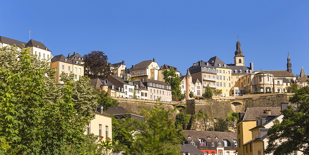View of Saint Esprit Plateau, UNESCO World Heritage Site, The Corniche (Chemin de la Corniche) above The Grund (Lower Town), Luxembourg City, Luxembourg, Europe
