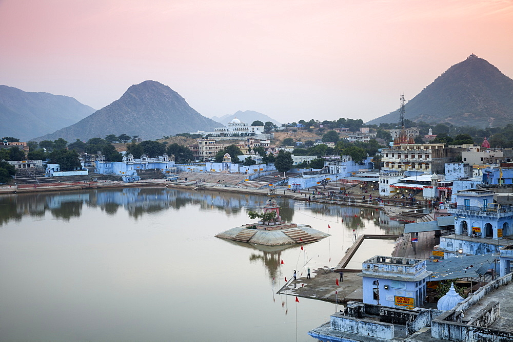 Pushkar Lake and bathing ghats, Pushkar, Rajasthan, India, Asia