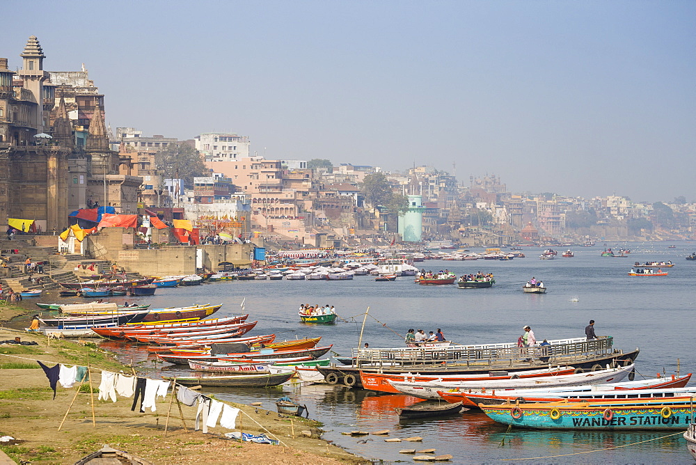 Washing drying on banks of Ganges River, Varanasi, Uttar Pradesh, India, Asia