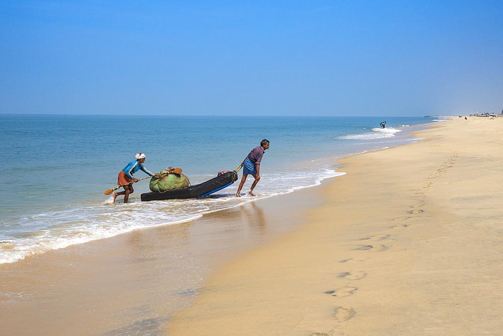 Fishermen, Marari Beach, Alleppey (Alappuzha), Kerala, India, Asia