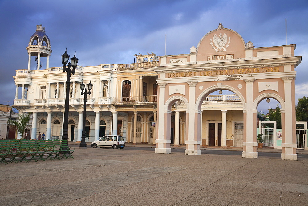 The Arch of Truimph and to the left Casa de la Cultura Benjamin Duarte, the former Palacio de Ferrer, dating from 1918, Parque Marta, Cienfuegos, Cienfuegos Province, Cuba, West Indies, Caribbean, Central America