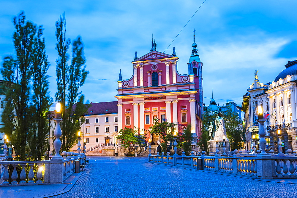 Ljubljana at night. Franciscan Church of the Annunciation seen from the Triple Bridge (Tromostovje), Ljubljana, Slovenia, Europe