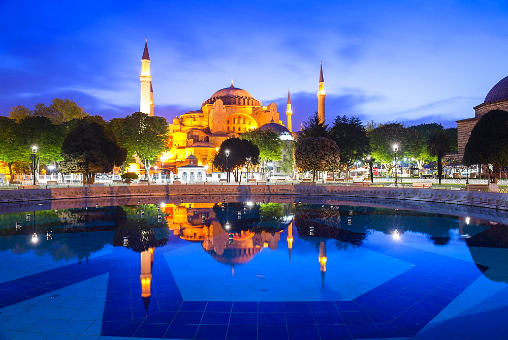 Hagia Sophia (Aya Sofya) (Santa Sofia), UNESCO World Heritage Site, reflection at night, Sultanahmet Square Park, Istanbul, Turkey, Europe