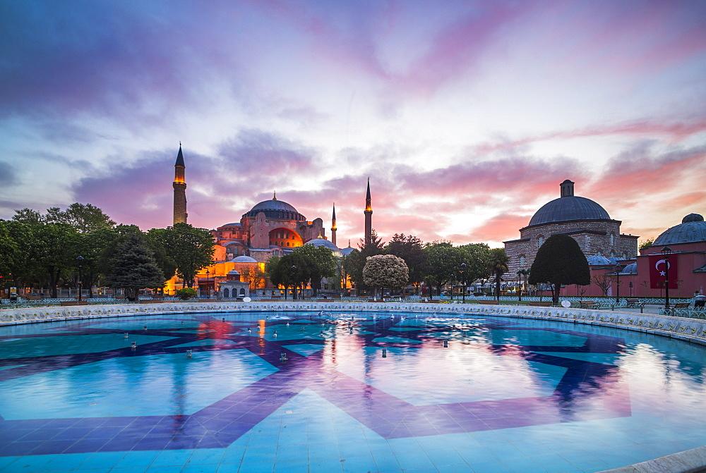 Hagia Sophia (Aya Sofya) (Santa Sofia), UNESCO World Heritage Site, at sunset, Sultanahmet Square Park, Istanbul, Turkey, Europe