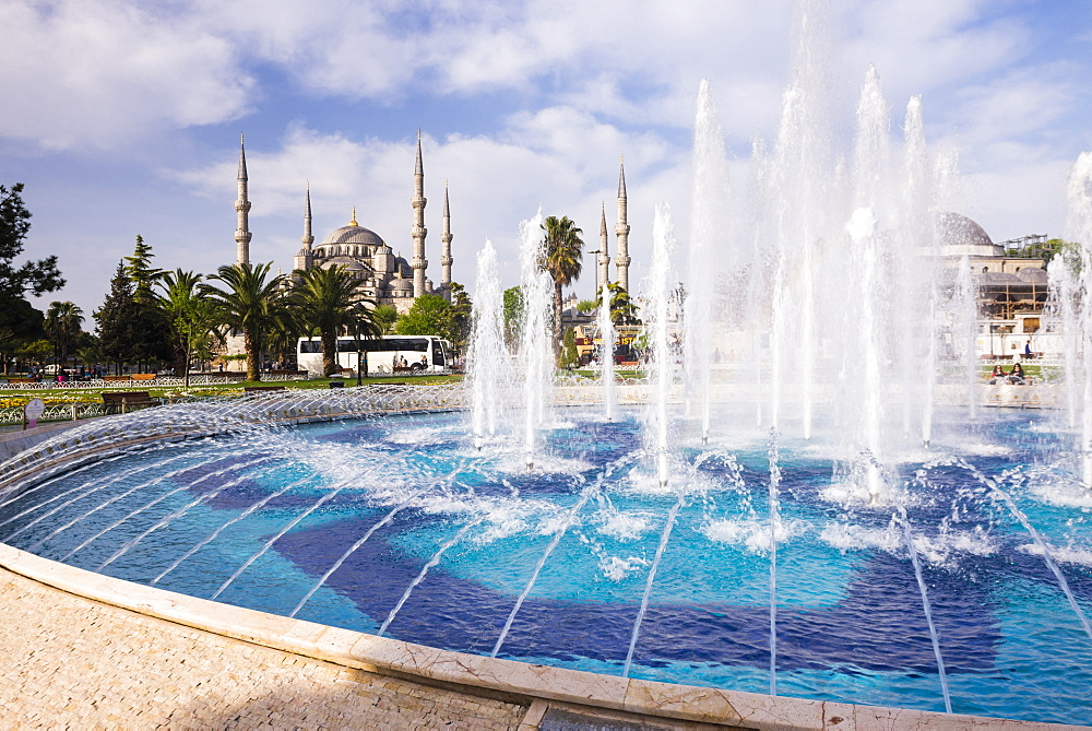 Blue Mosque (Sultan Ahmed Mosque) (Sultan Ahmet Camii) and fountain in Sultanahmet Park, Istanbul, Turkey, Europe