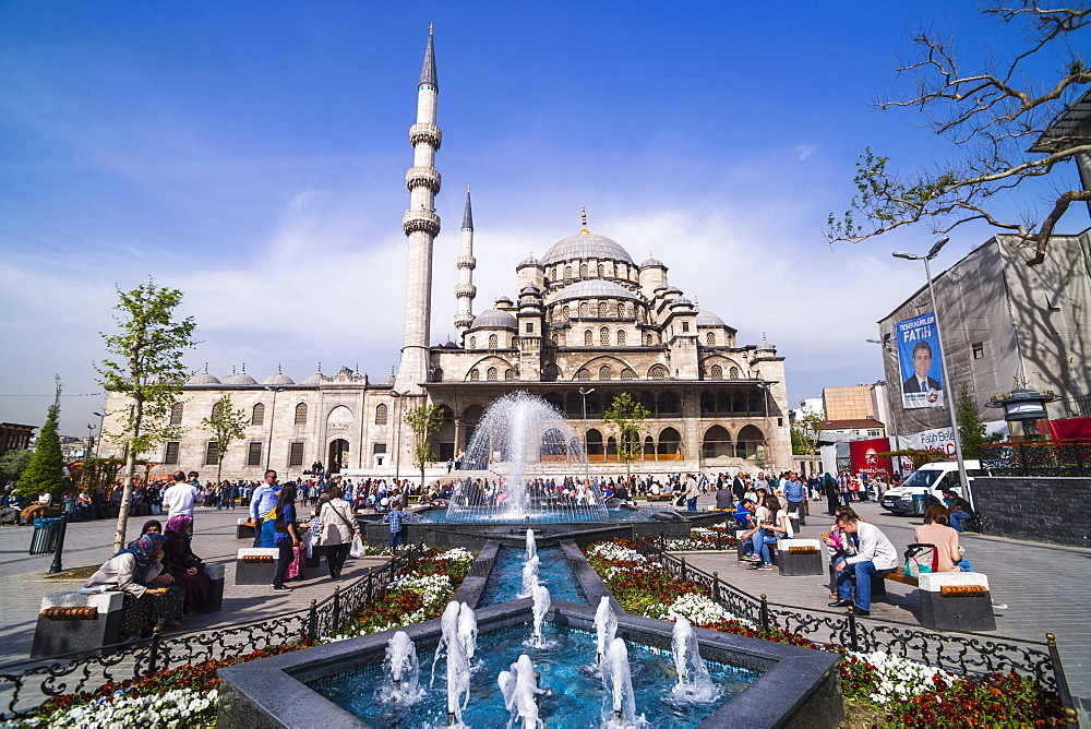 Yeni Mosque (New Mosque) and fountain, Istanbul, Turkey, Europe