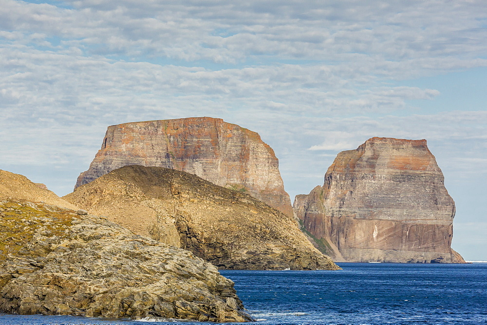 View of the jagged cliffs along the Cumberland Peninsula, Baffin Island, Nunavut, Canada, North America