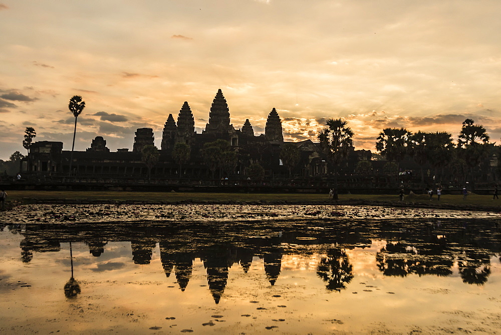 Sunrise over the west entrance to Angkor Wat, Angkor, UNESCO World Heritage Site, Siem Reap, Cambodia, Indochina, Southeast Asia, Asia