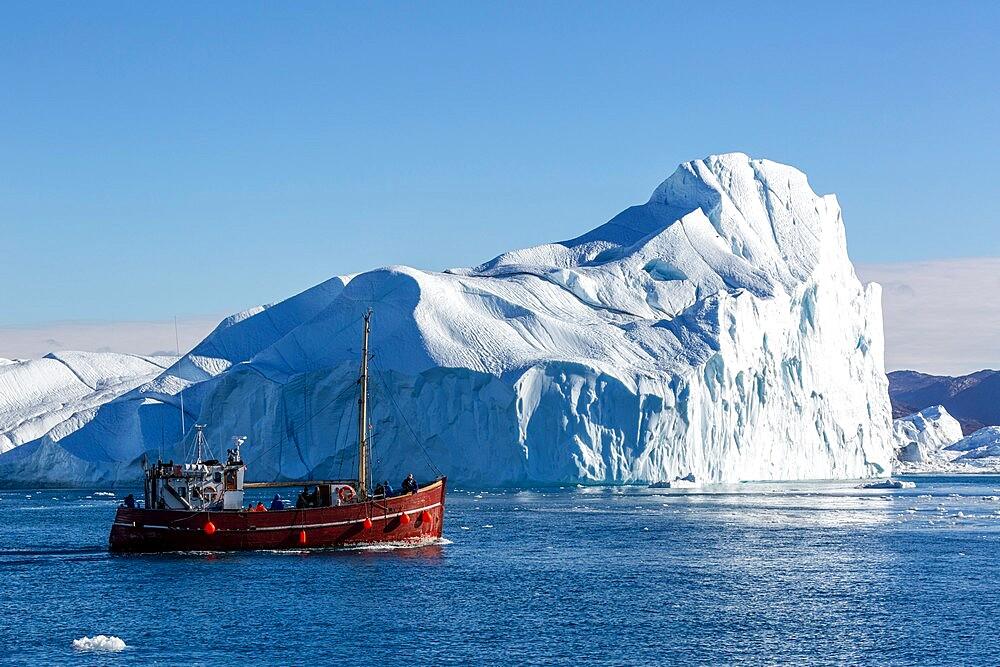 Tours amongst icebergs calved from the Jakobshavn Isbrae glacier, UNESCO World Heritage Site, Ilulissat, Greenland, Polar Regions - 1112-5837